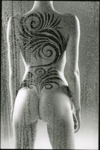 Nu tatoué debout de dos