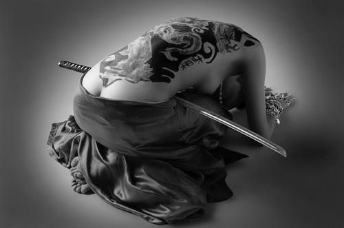Nu geisha penchée au sabre